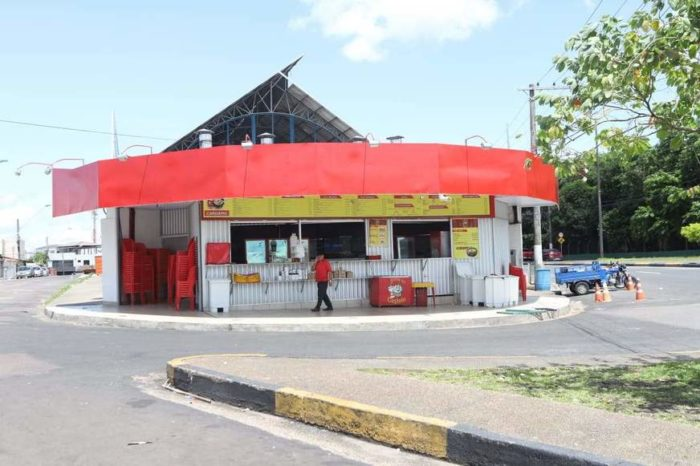 Bandidos rendem clientes e funcionários durante assalto em lanchonete, no São Jorge