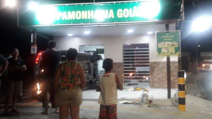 Carro desgovernado invade pamonharia na Zona Centro-Sul de Manaus