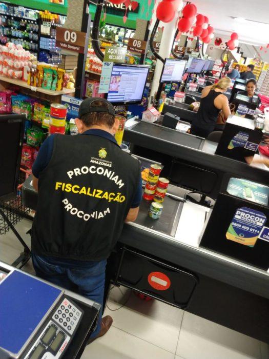 Fiscalização encontra alimentos impróprios para o consumo em supermercado  no Vieiralves