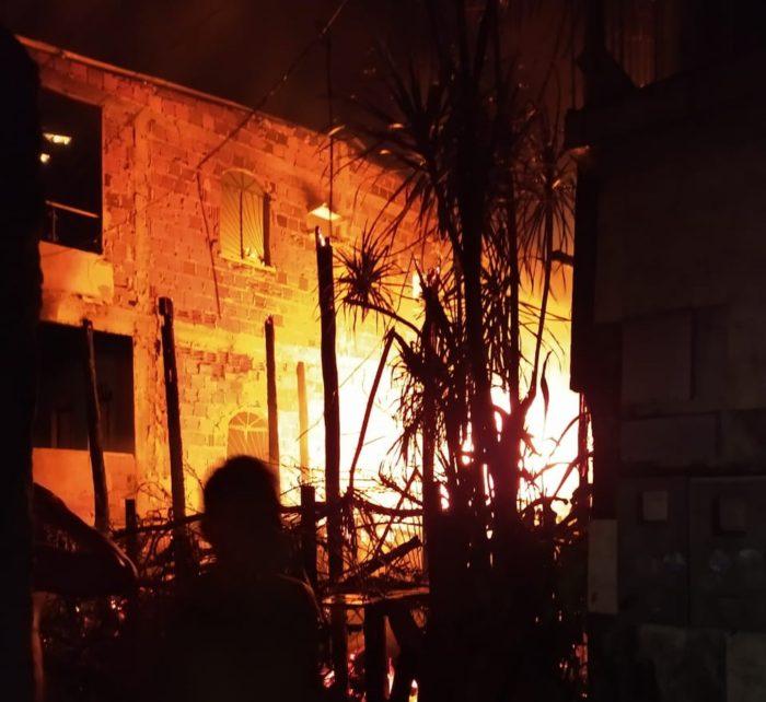 Três casas são atingidas por incêndio de grandes proporções no bairro Japiim