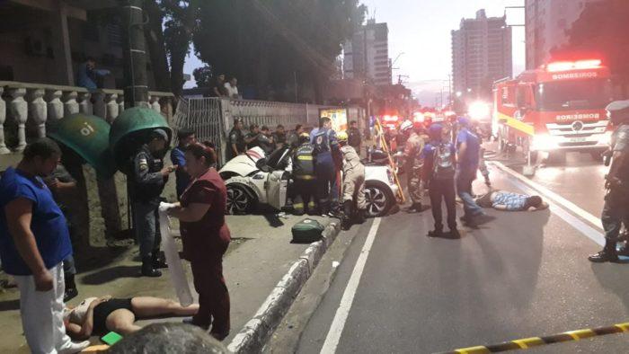 Jovem morre e três ficam feridos depois de carro em alta velocidade colidir com muro
