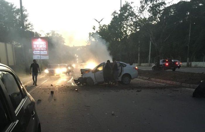 Motorista fica ferido depois de carro pegar fogo na Avenida do Turismo