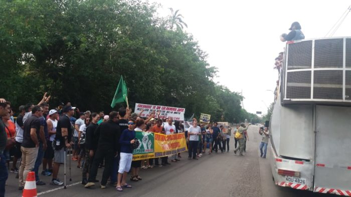 Servidores públicos iniciam manifestação em frente à sede do governo