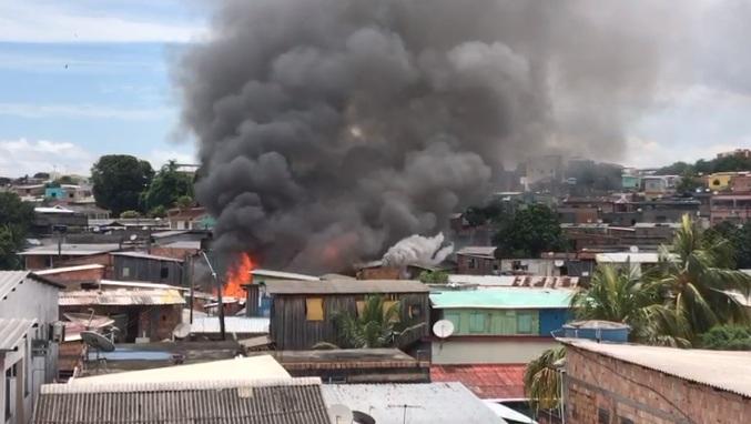 Vídeo: incêndio destrói casa de madeira no São lázaro e atinge outras residências próximas
