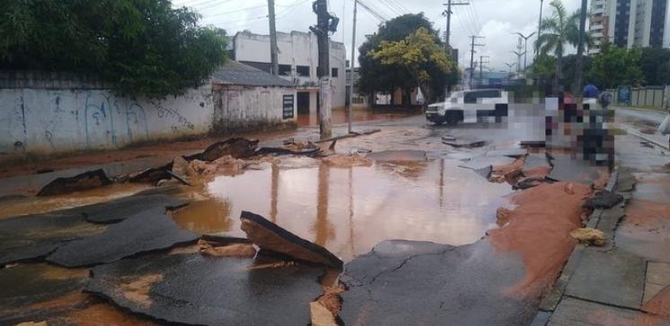 Adutora rompe, afeta abastecimento de água e interdita avenida Coronel Teixeira