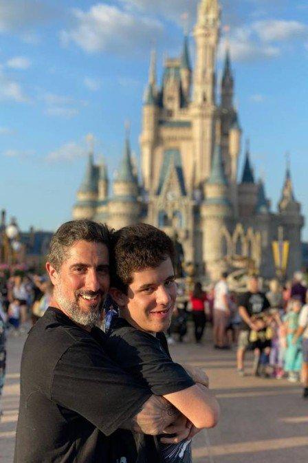 """Marcos Mion reflete sobre autismo e sua relação com Romeo: """"meu propósito de vida é ser voz para meu filho"""""""