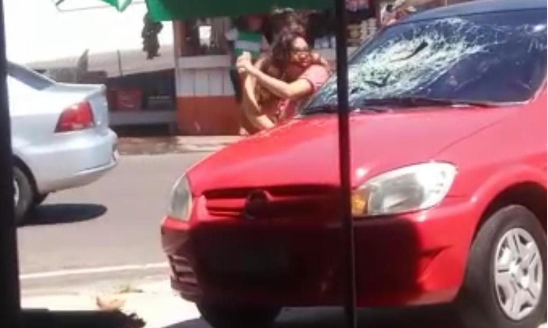 Vídeo: mulher revoltada destrói carro e pessoas vibram ao assistir a cena