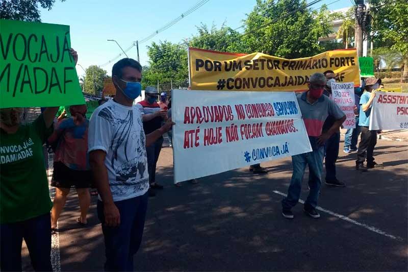 Depois de manifestação, governo justifica adiamento das convocações em 'virtude da pandemia'