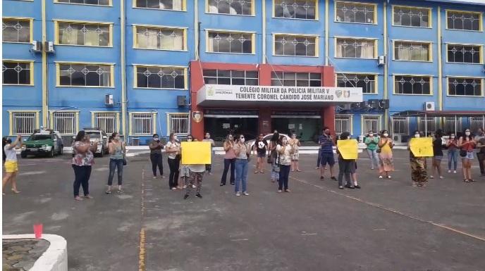 Pais de alunos do Colégio da Polícia Militar (CMPM V) fazem manifestação contra exoneração da diretora