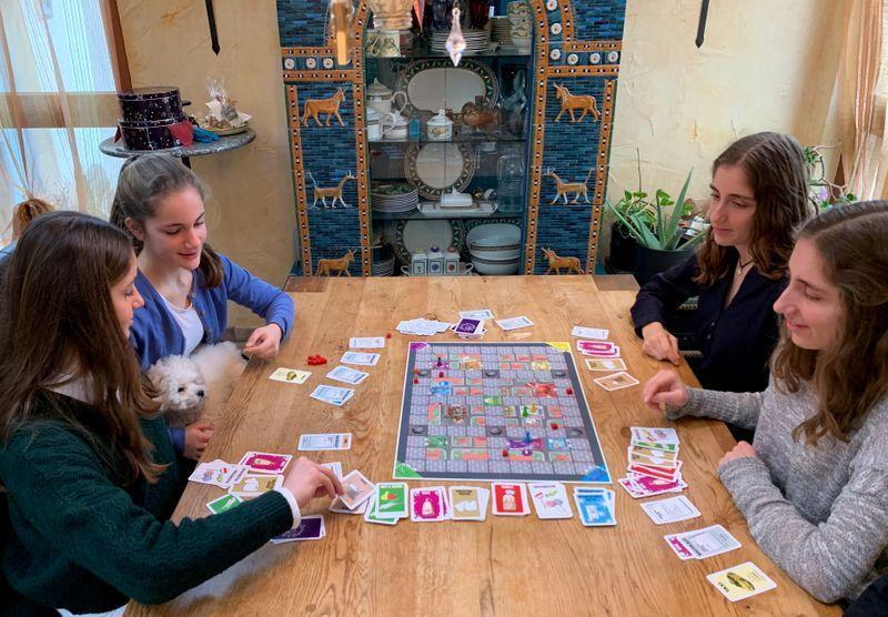 Irmãs alemãs inventam jogo de tabuleiro do coronavírus e fazem sucesso no Natal