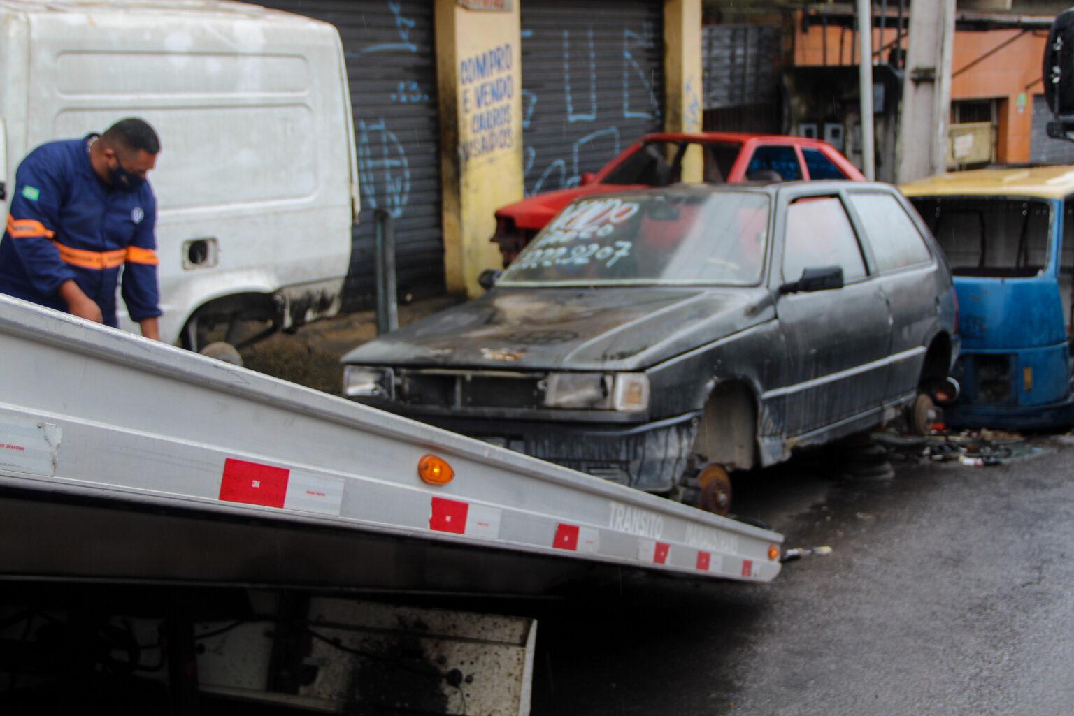 Carros abandonados são retirados das ruas na zona norte de Manaus