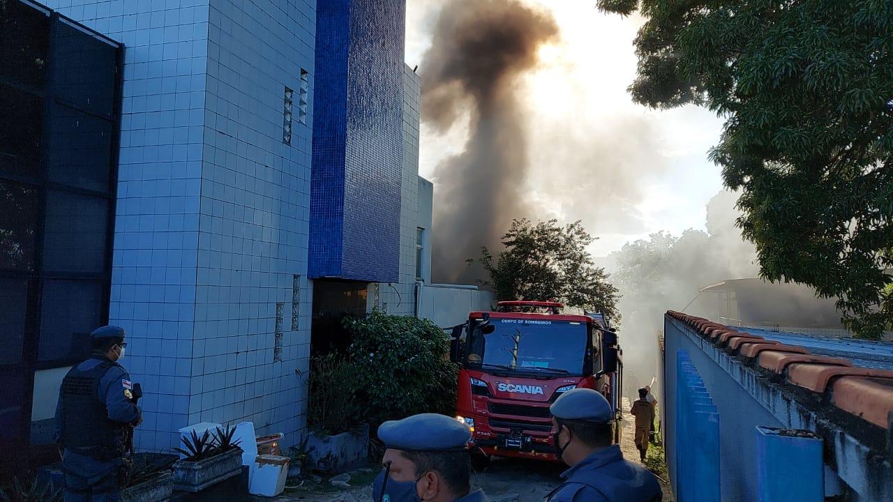 Incêndio atinge almoxarifado do Hospital Getúlio Vargas em Manaus