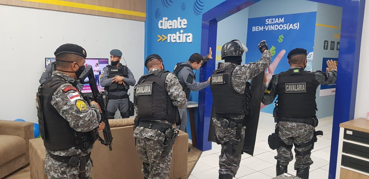 Funcionários são feitos reféns durante tentativa de assalto em loja na zona Norte