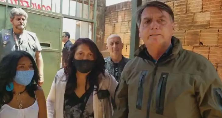 """Bolsonaro diz que respeita Constituição, mas lamenta """"superpoderes"""" do STF"""
