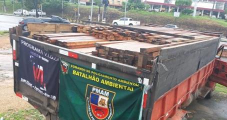Polícia Militar apreende caçamba que transportava madeira ilegal na zona oeste
