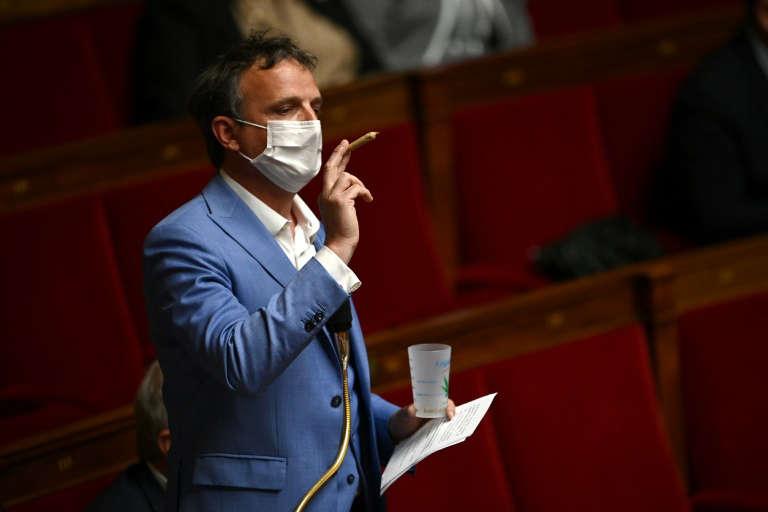 Deputado francês exibe baseado no Parlamento para exigir legalização da cannabis