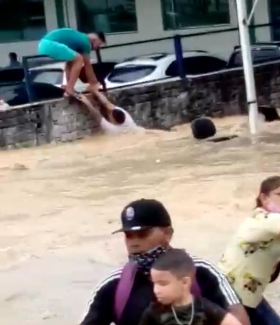 Chuva forte provoca alagamentos e derruba muro na Avenida Torquato Tapajós