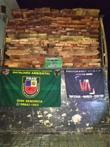 Polícia Ambiental apreende caminhão e carga de 35 metros cúbicos de madeira ilegal