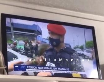 Idoso tenta desarmar oficial da Força Nacional durante entrevista em Manaus; assista