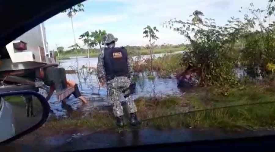 Viatura da Força Nacional cai em lago no Careiro da Várzea
