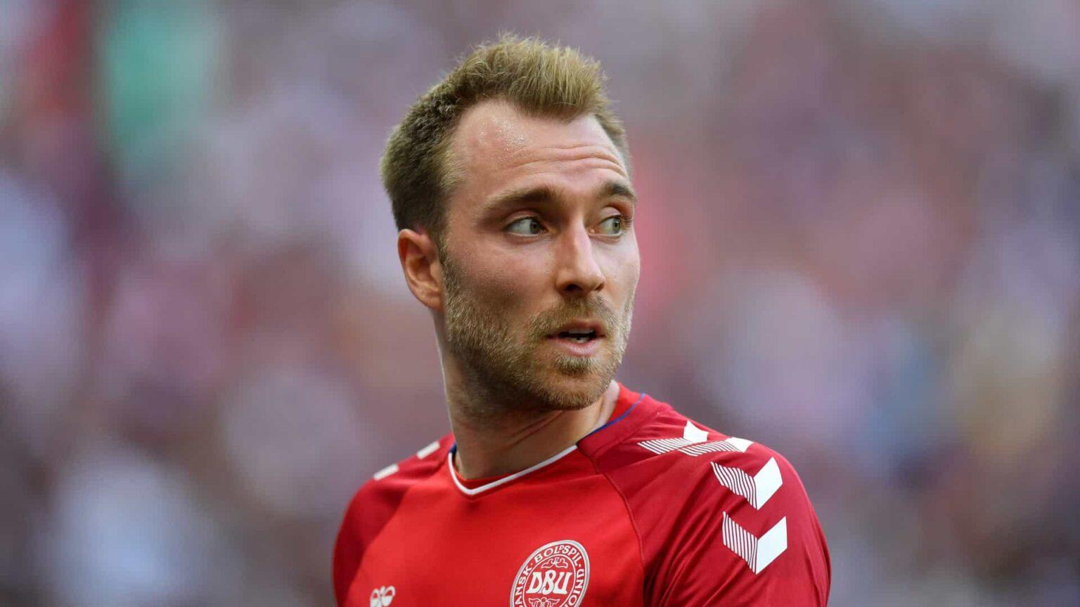 Dinamarquês Eriksen cai desacordado no gramado em jogo da Eurocopa