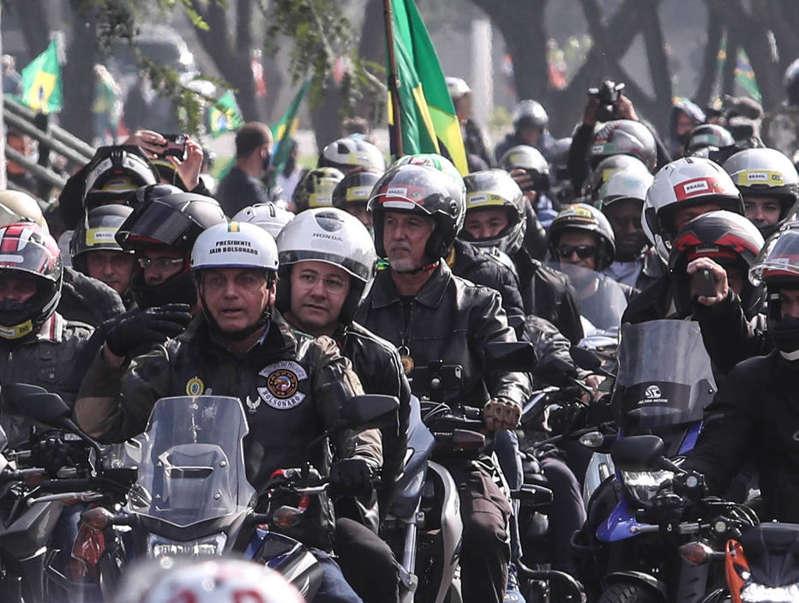 Bolsonaro é multado por andar sem máscara em motociata em SP