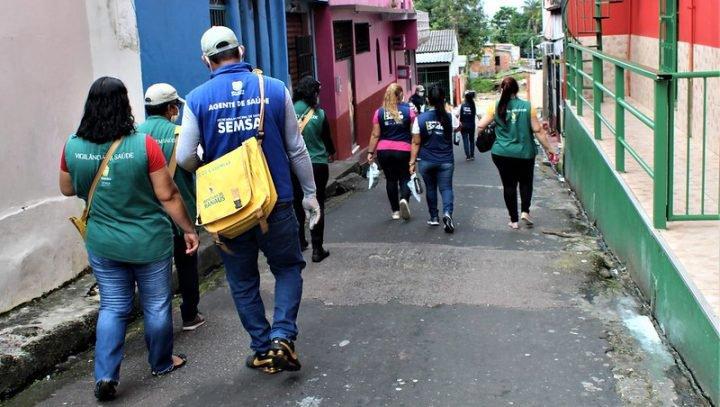 Agentes de saúde realizam visita domiciliar para controlar o Aedes aegypti em Manaus