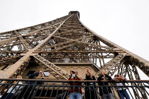 Barcelona restabelece toque de recolher por covid; Torre Eiffel reabre em Paris