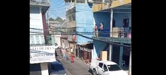 Crianças escapam de incêndio depois de ficarem trancadas sozinhas em apartamento na Zona Leste