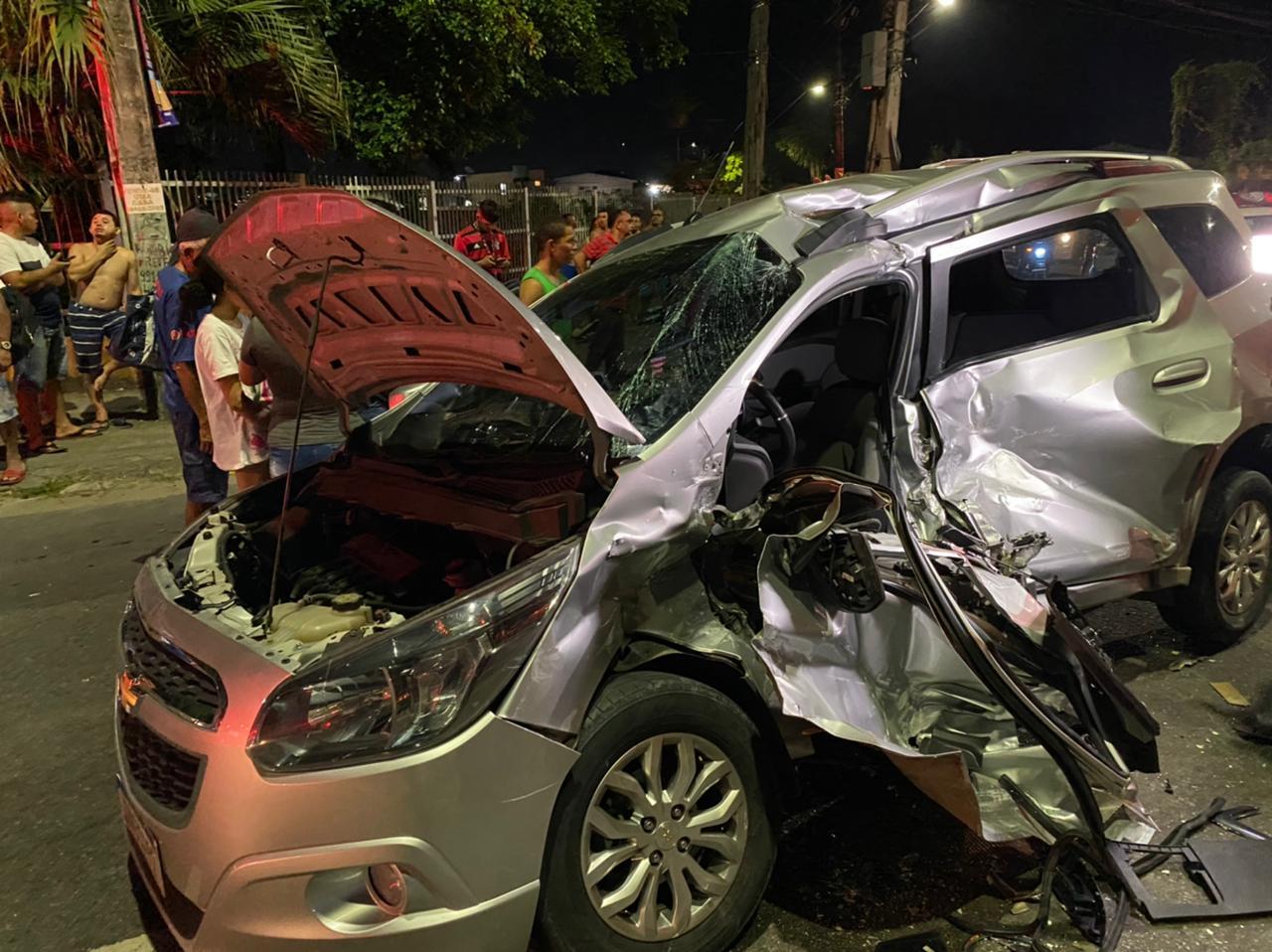 Caminhão atinge carro de passeio em grave acidente na Zona Leste