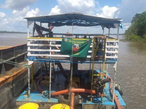Máquinas e embarcação avaliadas em mais de R$ 1 milhão são apreendidas