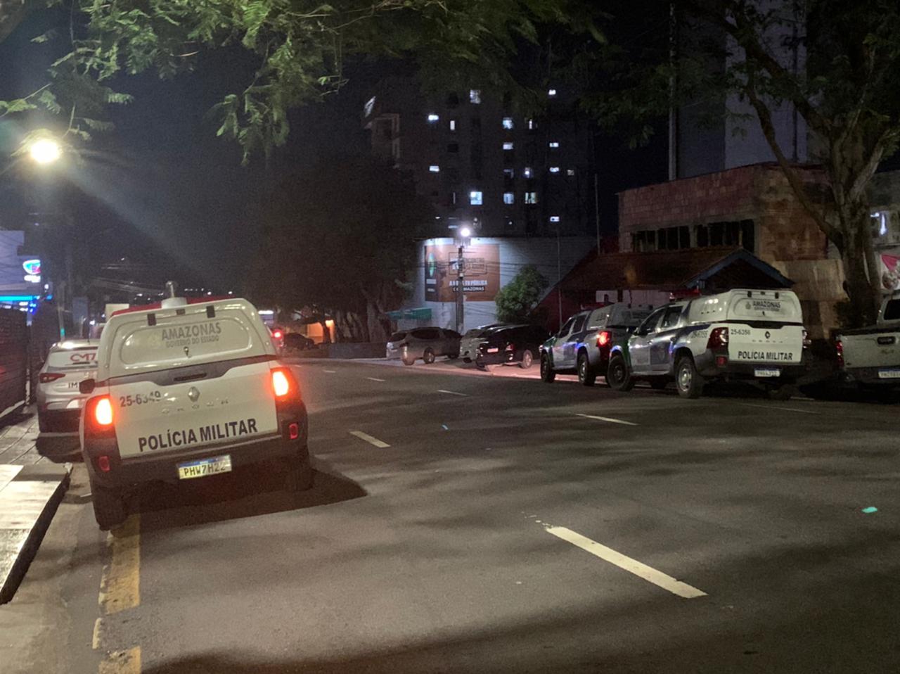 Briga entre sócios de funerária resulta em duas pessoas baleadas no Centro de Manaus