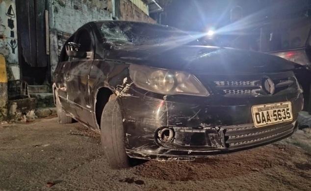 População depreda carro de criminosos durante fuga depois de execução