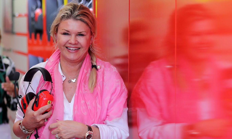 """Esposa de Schumacher diz que ex-piloto está """"diferente, mas aqui"""""""