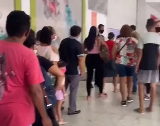 Pessoas se aglomeram em shopping para comprar celular por R$ 0,99 no Pará