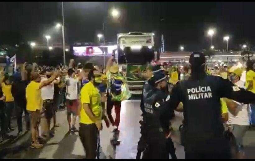 Manifestantes furam bloqueio e entram de carro na Esplanada; assista
