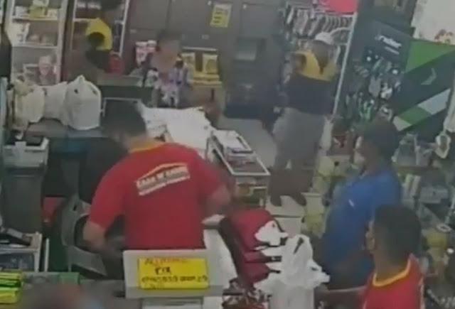 Câmeras flagram assalto em mercadinho na Zona Leste; assista