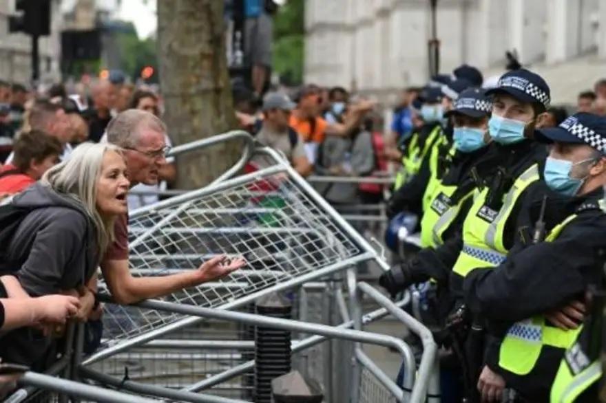 Policiais feridos em confrontos com manifestantes antivacina em Londres