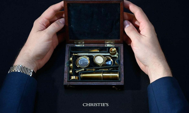 Microscópio usado por Darwin em observações científicas será leiloado
