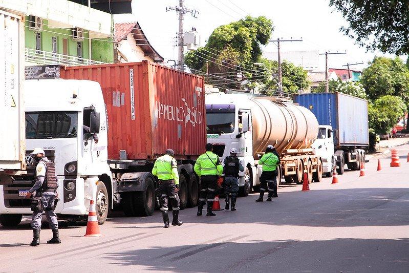 Operação 'Carga Pesada' fiscaliza caminhões e carretas em avenidas Rodrigo Otávio e Ephigênio Salles