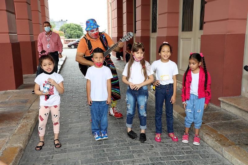 Alunos da rede municipal participam de passeio turístico em comemoração ao Dia das Crianças