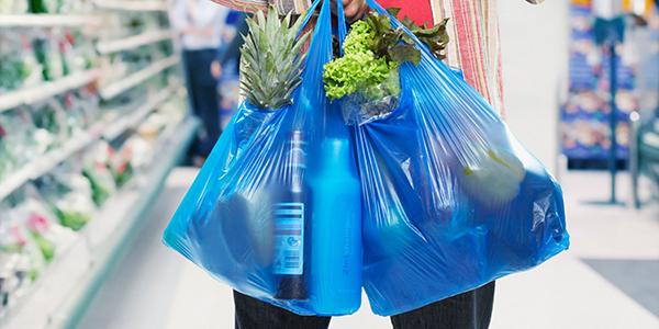 Alterações na 'Lei das Sacolas Plásticas' são publicadas e estabelecimentos terão um ano para se adequarem