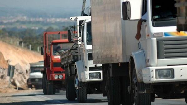 Caminhoneiros prometem nova paralização se governo federal não conter alta nos combustíveis e frete mínimo