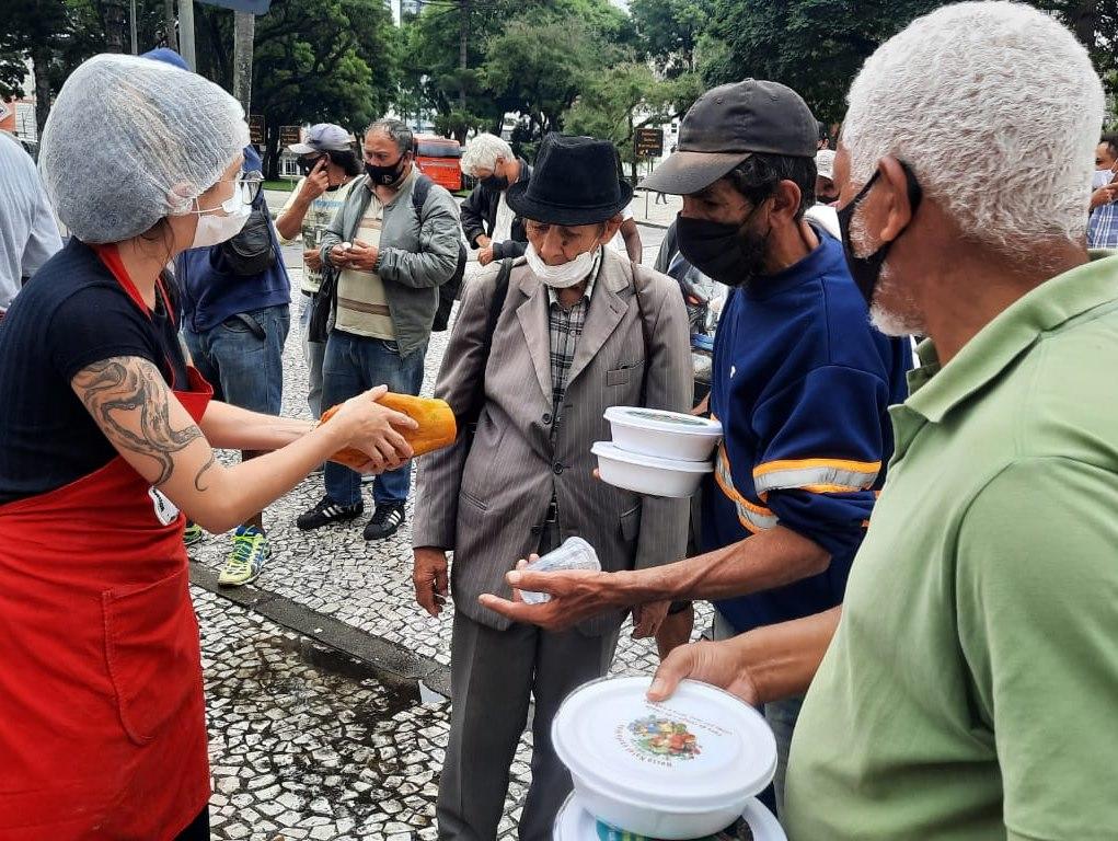 Mais de 20 milhões de brasileiros enfrentam a fome que atinge também os animais