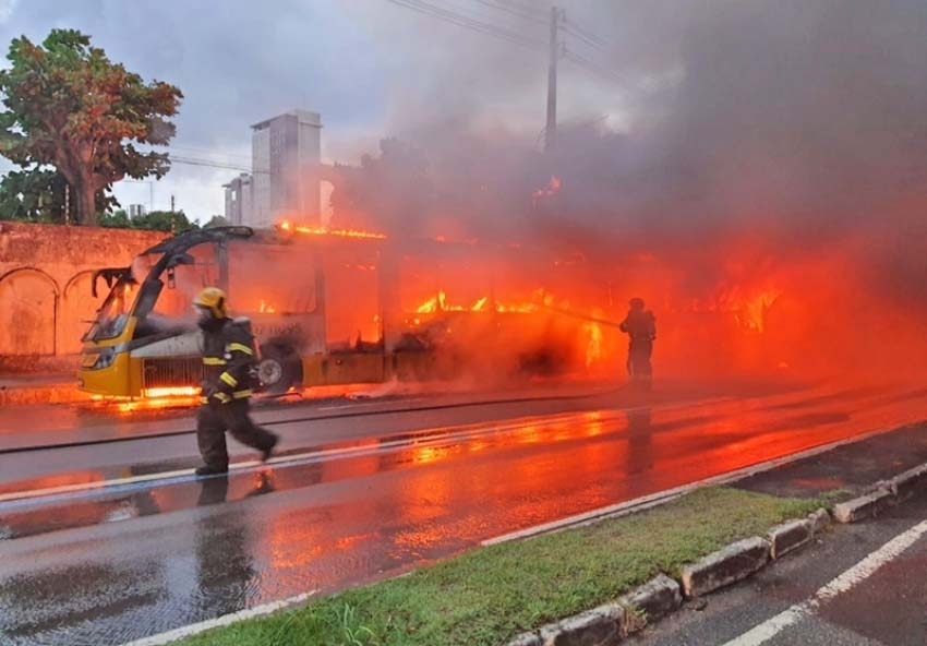 Ônibus pega fogo e paralisa Av. Constantino Nery